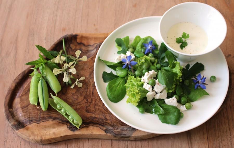 Zomerse salade met doperwt, tuinbonen en fetakaas